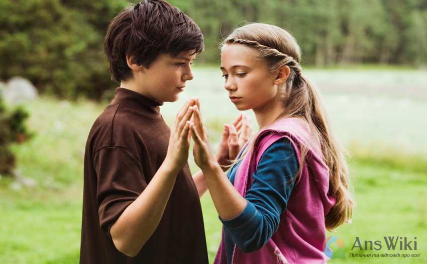 підлітки тримаються за руки
