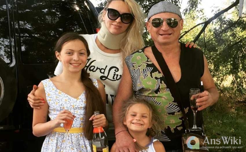 Полякова з чоловіком та доньками
